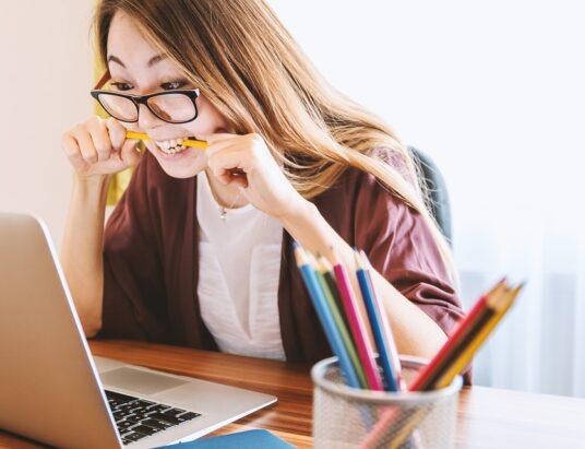 Bruk briller tilpasset digitale skjermer på arbeidsplassen